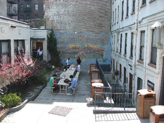 Chelsea International Hostel: courtyard