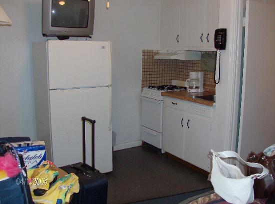 Gulf View Motel: Kitchenette & TV when you first walk in. Attached to Bedroom 1.
