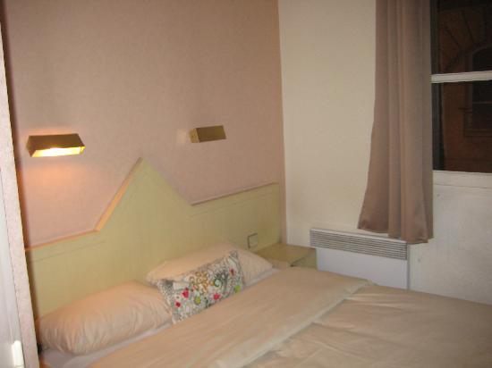Hôtel du Théâtre : bedroom 2