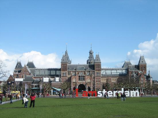 The Rijksmuseum on a gorgeous day (17830340)