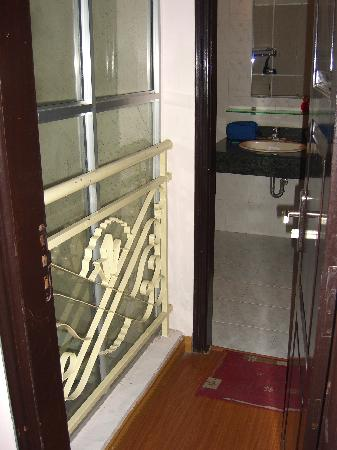 Hanoi Queen 2 Hotel: Odd bathroom mini-hall with glass wall