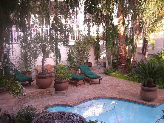 بلاك هيث لودج: El jardin y la piscina