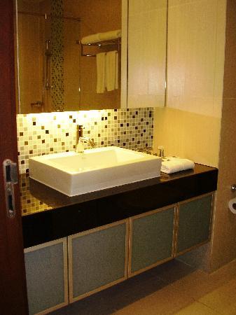 Adelphi Suites Bangkok: Washroom