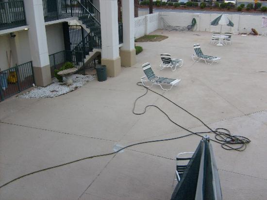 Days Inn by Wyndham Albany: Pool area mess with broken furniture in back
