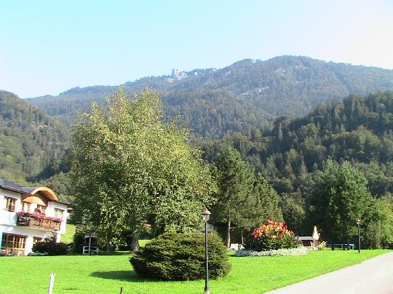 Vitalhotel Wolfgangsee: The grounds to the right of the hotel, including the pool area