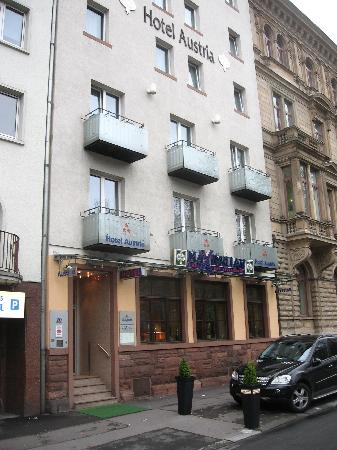 Hotel Austria: The hotel is on a busy boulevard not far from the old city.