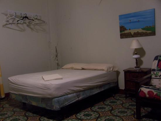 Castro Guest House Old San Juan : Bed with clean linens