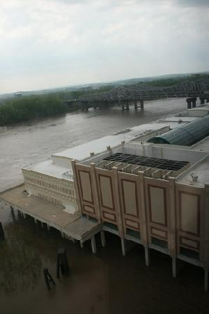 Ameristar Casino Resort Spa St. Charles: Looking at the Missouri River and casino through the window. Very peaceful.