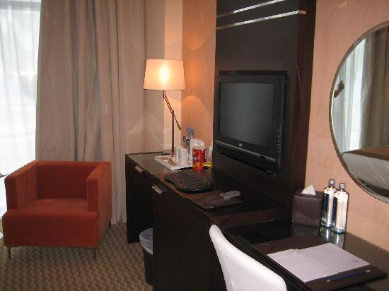 Copthorne Hotel Dubai : Dressing Table and LCD TV