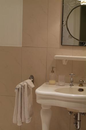 La Belle Strasbourgeoise : Spacious bathroom