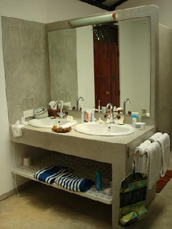 Apa Villa Thalpe : bathroom