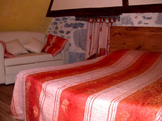 Lacalm, Frankrig: notre chambre (aubrac été)  un vrai petit nid