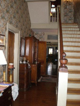 Tumlin House Bed & Breakfast: Hallway & stairs going up to bedrooms