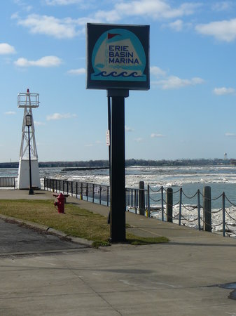 Buffalo, estado de Nueva York: Erie Basin Marina in Springtime - The Sign