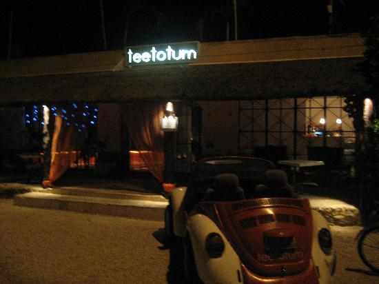 Teetotum Hotel: The entrance to the hotel in the evening.