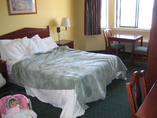 Pacifica Motor Inn: rm 317 - ok, this was before the maid could make our bed!