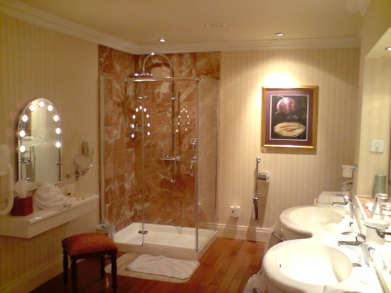 Harvey's Point: Shower/Double Basin