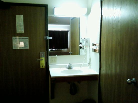 Super 8 Blythe: Washbasin and hair dryer by room door