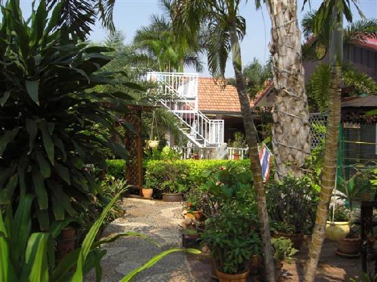 Udon Thai House Thomas Resort & Hotel: Blick durch die feine Gartenanlage zur Treppe empor zum Sonnendeck