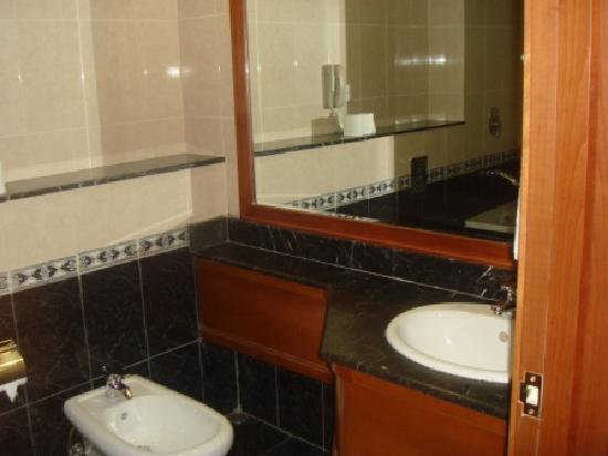 Moon Valley Hotel Apartments: bathroom