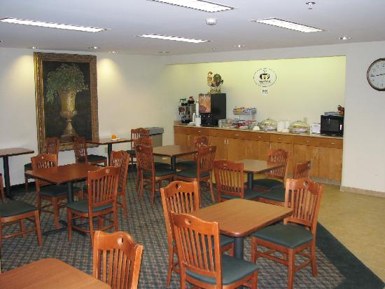 Super 8 Hagerstown/Halfway Area: Breakfast area in the lobby - clean and smart