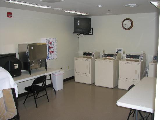 Super 8 Hagerstown/Halfway Area: Laundry room