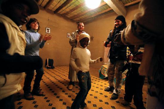 Afraklie aubergue: Fiesta por la noche