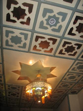 Nefertiti Hotel: The ceiling in the lobby
