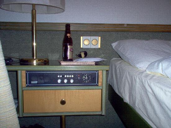 Arlette Am Hauptbanhof Hotel: particolare camera, con comodino con incassata l'