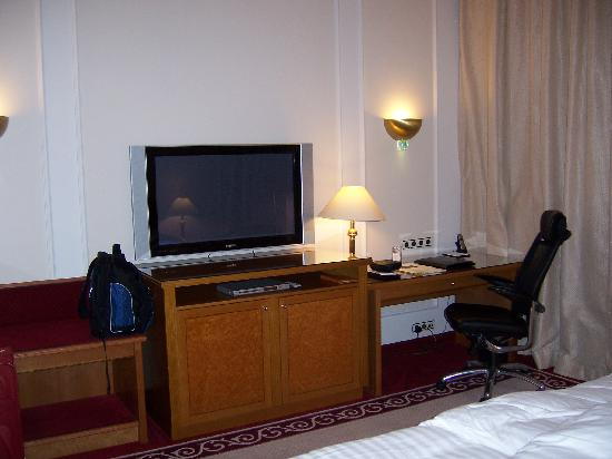 Hotel Baltschug Kempinski Moscow: Desk and TV