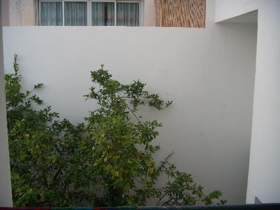Hotel Chevy: Unsere Balkonaussicht: ein Balkon und eine Wand