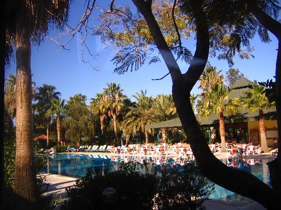 Meryan Hotel: Hotelhauptpool vom Restaurant aus gesehen
