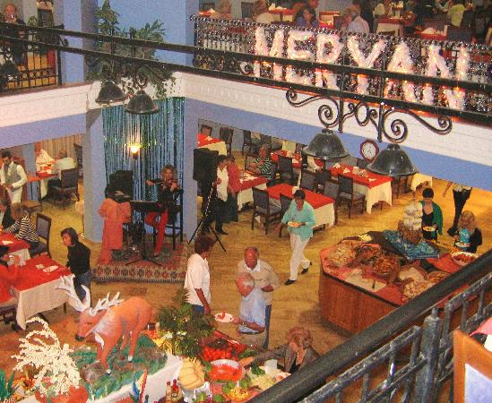 Meryan Hotel: Speisesaal in 2 Etagen, oben Raucher (noch)