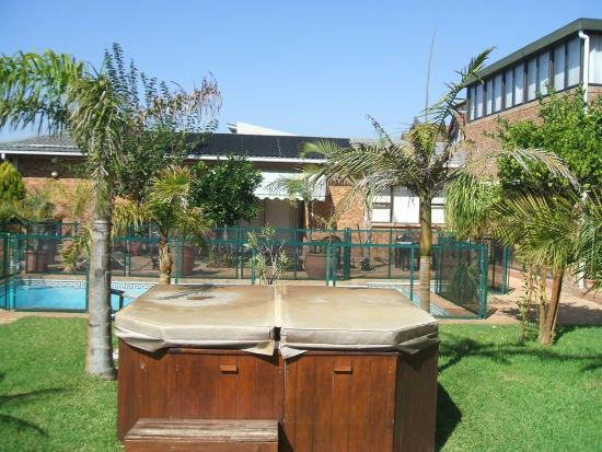 Cape Oasis Guesthouse: The garden area with jacuzzi