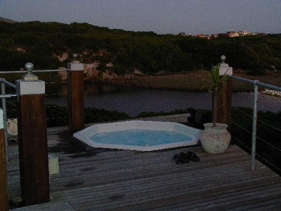 Kennedys Beach Villa: Heated hot tub on the deck overlooking the river & sea
