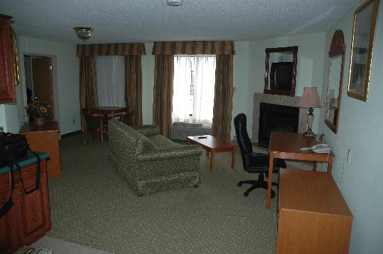 Holiday Inn Express Madison: Living room of suite