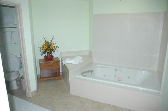 Holiday Inn Express Madison: Huge bathroom with jetted tub
