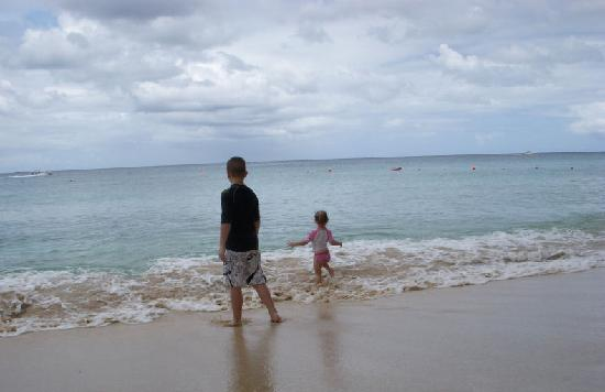 Settlers Beach Villa Hotel: Kids on the beach