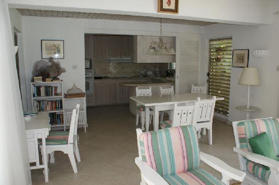 Settlers Beach Villa Hotel: Kitchen, Living room, Dining room