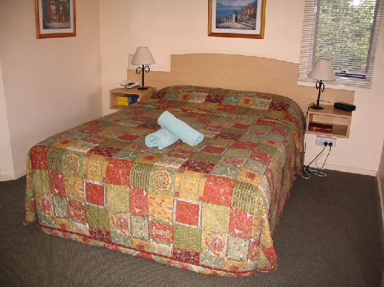 Elphin Villas, Motel & Serviced Apartments: Main bedroom