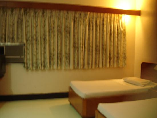Evergreen Hotel: our twin bedroom w/ tv, cr & wifi