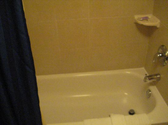 Courtyard by Marriott Cleveland Beachwood: Spacious bath tub!