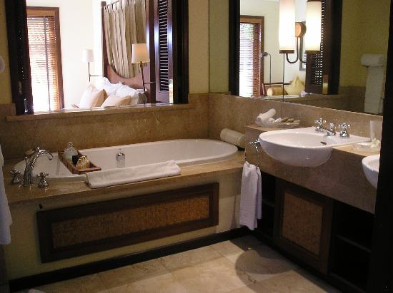 Constance Belle Mare Plage: Bathroom in the villa