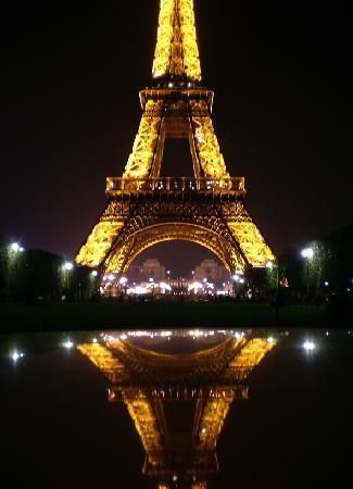 Paris, France: Stupenda veduta della Tour Eiffel di notte