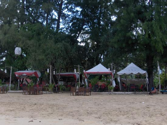 Sayang Beach Bungalows: The hotel restaurant on the beach