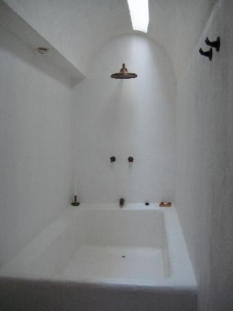 Alfiz Hotel: The lovely shower with natural lighting