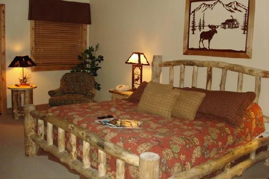 Majestic View Lodge: king size log bed