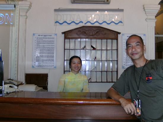 Duna Hotel: At the reception area with the friendly receptionist