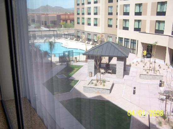 Residence Inn Phoenix North/Happy Valley: The pool from the 3rd floor.