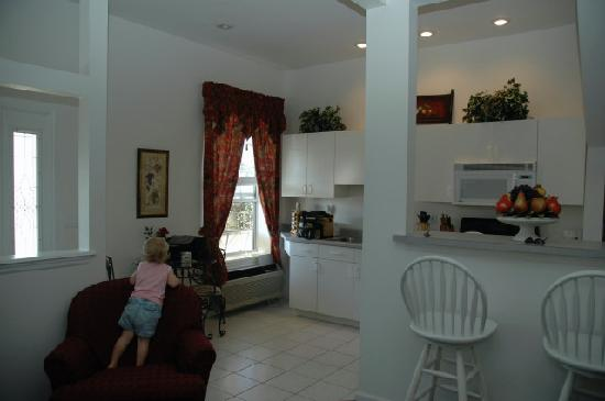 The Cozy Inn: Living Room & Kitchen of a Suite